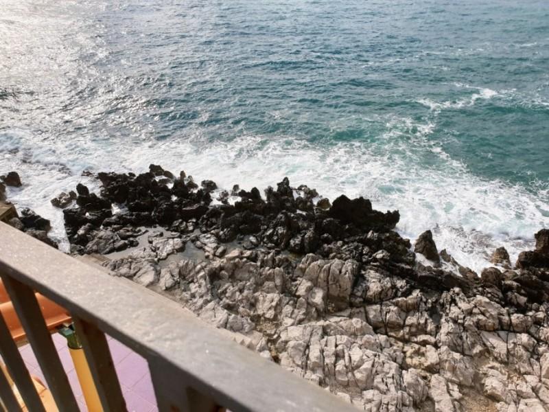 La scogliera vista dalla terrazza del Convento di Cefalù
