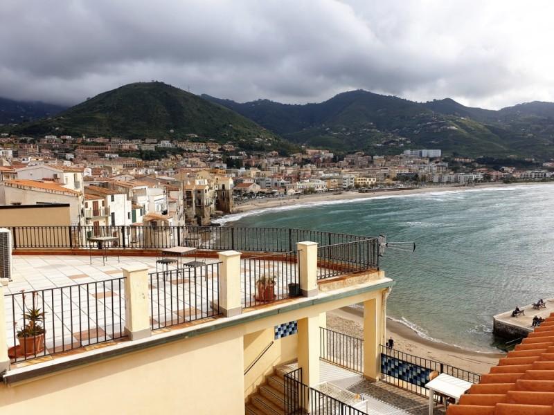 Le terrazze sul mare del Convento di Cefalù davanti al mare nel centro storico